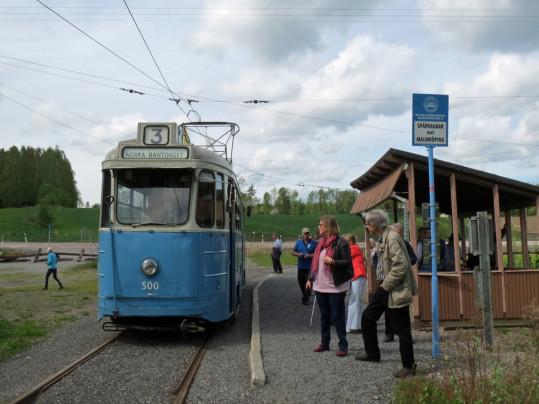 Stockholmsmustang och glada medlemmar vid Hosjö, museispårvägens ändhållplats.
